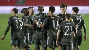 L'attaquant de Manchester United, Marcus Rashford (c), est félicité par ses coéquipiers, après avoir ouvert le score contre Grenade, lors du quart de finale aller de la Ligue Europa, le 8 avril 2021 à Grenade