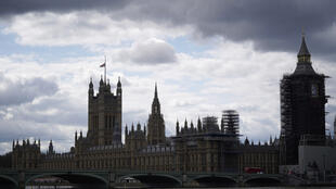 تنكيس العلم البريطاني فوق مبنى البرلمان بوسط لندن في التاسع من نيسان/أبريل 2021 بعد إعلان وفاة الأمير فيليب زوج الملكة إليزابيث الثانية