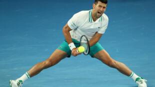 El serbio Novak Djokovic durante el partido contra el canadiense Milos Raonic en el Abierto de Australia, en Melbourne, el 14 de febrero de 2021