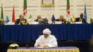 بلال آغ شريف مسؤول تنسيقية حركات إزواد يوقع الوثيقة