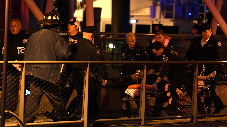 Paramédicos atienden a una víctima del accidente de hélicoptero en Nueva York el 11 de marzo de 2018