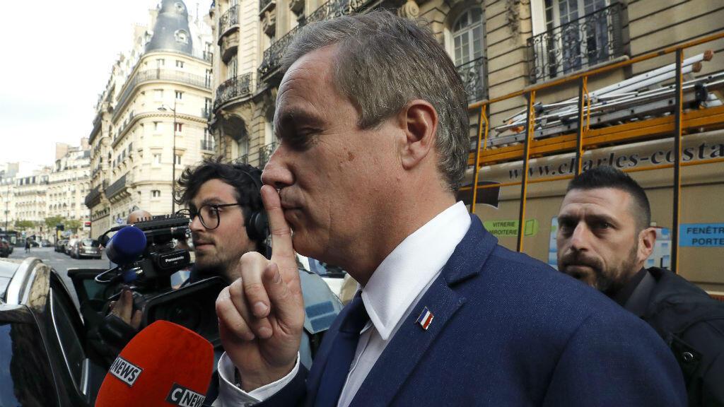 Nicolas Dupont-Aignan s'exprime face à la presse après une entrevue avec Marine Le Pen, le 28 avril 2017, à Paris.