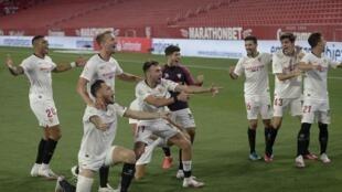 Les joueurs du Séville FC fêtent leur succès lors du derby contre le Betis, le 11 juin 2020 au stade Pizjuan