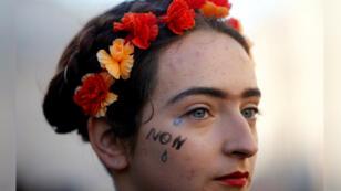 Una mujer tiene lágrimas pintadas en su cara como protesta a la violencia contra la mujer en una manifestación en Marsella, Francia el 24 de noviembre de 2018.