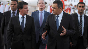 Le Premier ministre français Manuel Valls lors de son arrivée à Tunis en compagnie de son homologue tunisien Mehdi Jomaâ