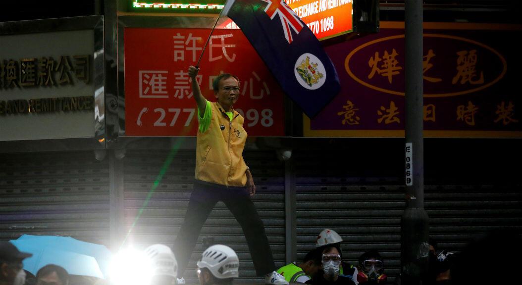El 17 de agosto de 2019, un manifestante sostiene una bandera del Reino Unido, del que Hong Kong fue colonia hasta 1997.