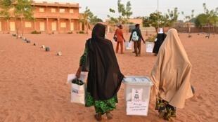 L'incident est survenu le jour du deuxième tour de la présidentielle. Ici, des membres de l'équipe électorale arrivant pour l'élection dans la capitale Niamey, le 21 février 2021.