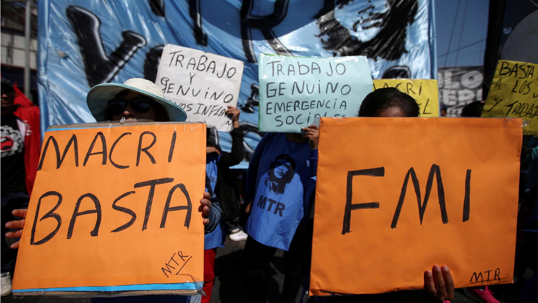 Ciudadanos sostienen pancartas en una manifestación contra las medidas económicas del gobierno del presidente argentino Mauricio Macri, en Buenos Aires, Argentina, el 24 de septiembre de 2019.