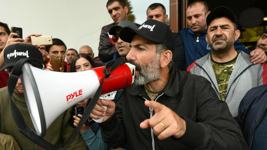 El líder opositor, Nikol Pashinián, se reúne con sus seguidores en la ciudad armenia de Dilijan. 28 de abril de 2018.