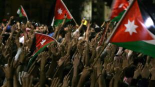 Quelque 5000 manifestants se sont rassemblés dimanche devant les locaux du Premier ministre à Amman, réclamant le départ de Hani Mulqi.