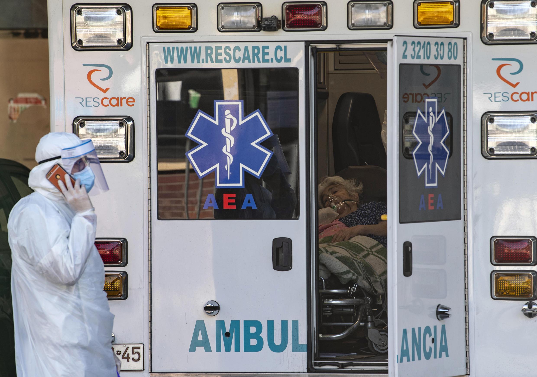 Chile enfrenta semanas críticas de contagios que mantienen a tope la capacidad de atención de los servicios de salud, sobre todo en Santiago, la capital.