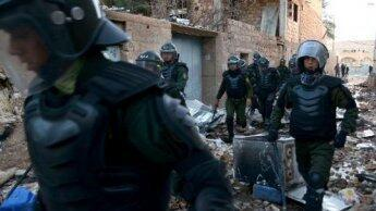 Des forces de police algériennes sécurisent la ville de Ghardaïa, en mars 2014.