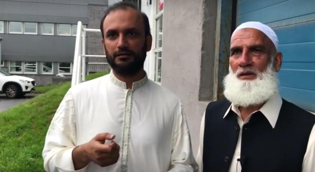 Mohammad Rafiq, de 65 años de edad, el hombre que se abalanzó contra el atacante de una mezquita, cerca a Oslo la capital, habla con Reuters, junto a su traductor.