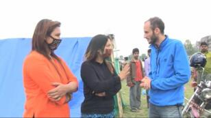 Le correspondant de France 24 Clément Gargoullaud s'entretient avec des victimes du séisme.