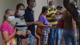 Residentes de Serrana, en el interior del estado de Sao Paulo, aguardan para ser vacunados, el 17 de febrero de 2021