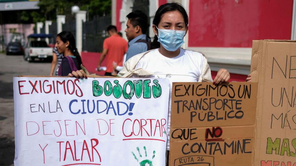 Jóvenes activistas participan en la huelga climática global en San Salvador, El Salvador, el 20 de septiembre de 2019.