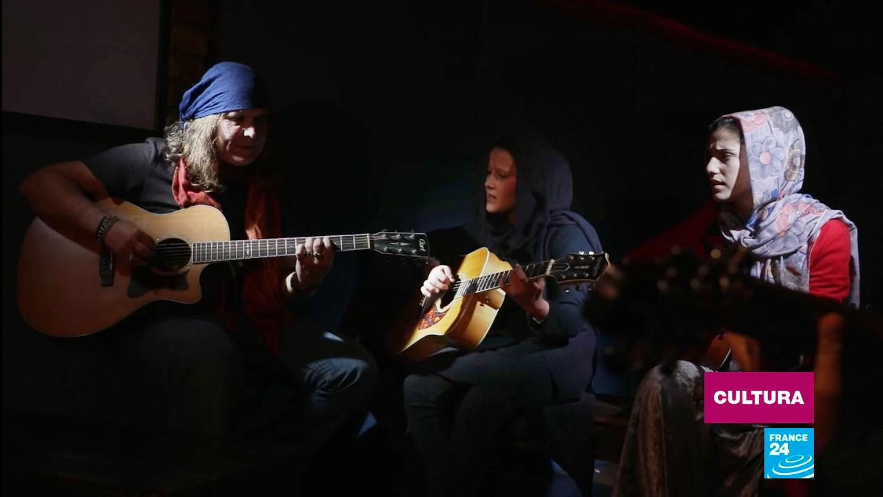 Fotografía del colectivo musical afgano The Miraculous Love Kids / Girl with a Guitar, durante su canción 'Sweet Dreams', de octubre de 2020.