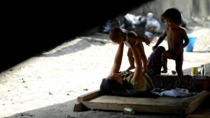 أسرة مشردة تقيم تحت جسر في مانيلا في 25 آب/أغسطس 2015