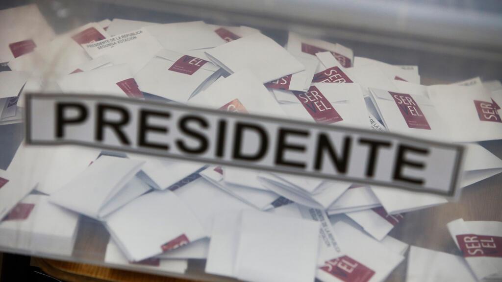 Vista de una urna en un local de votación durante la jornada de elecciones presidenciales hoy, domingo 17 de diciembre de 2017, en Santiago (Chile).