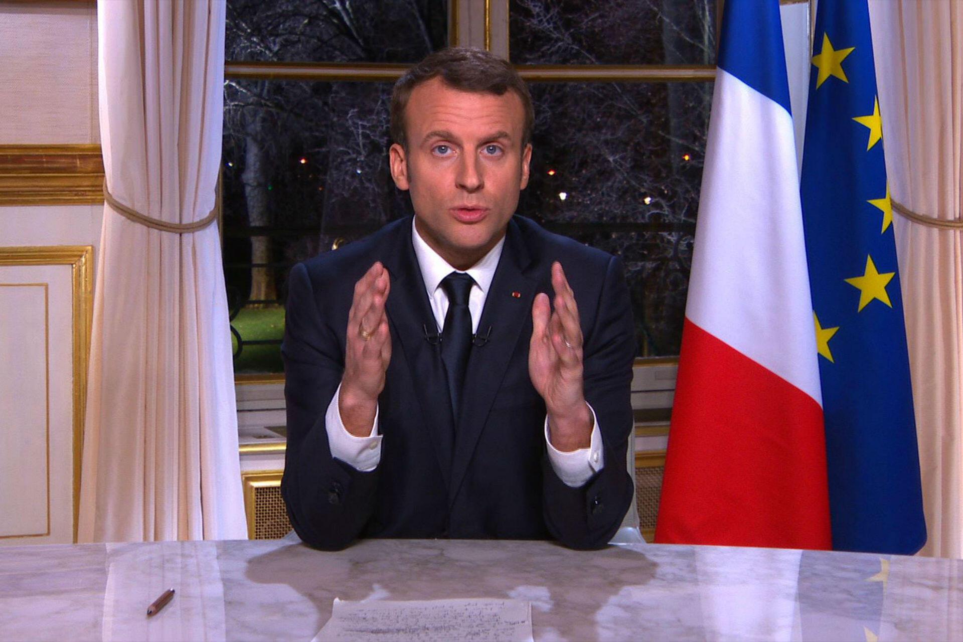 """Emmanuel Macron attaque l'année 2018 en confiance. Rien ne semble alors lui résister. Lors de ses vœux aux Français, le 31 décembre 2017, il affirme que ses réformes doivent se poursuivre """"avec la même force, le même rythme, la même intensité pour l'année 2018"""". Une année qui sera selon lui """"celle de la cohésion de la Nation"""". """"Les débats sont nécessaires, les désaccords sont légitimes mais les divisions irréconciliables minent notre pays, dit-il. Je veux plus de concorde pour la France en 2018."""""""