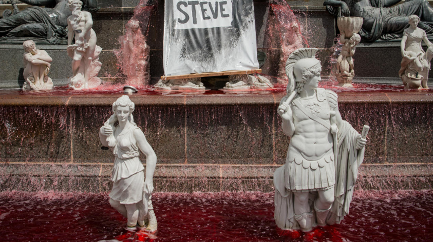 Sangre falsa corrió en la fuente de la plaza Royal en Nantes.