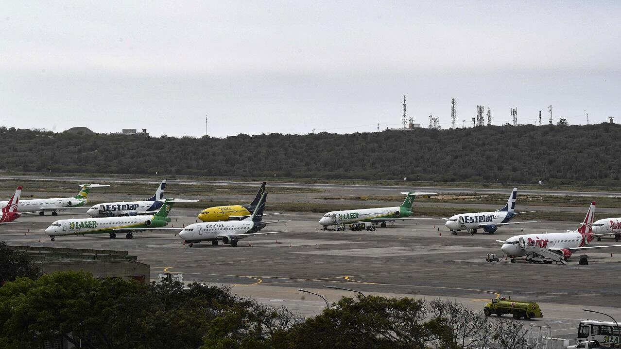 Aviones privados y comerciales permanecieron parqueados en la pista del Aeropuerto Internacional Simón Bolívar en Maiquetía, en el estado de Vargas, al norte de Venezuela, el 8 de marzo de 2019.