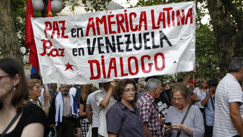 Personas sostienen una pancarta durante una manifestación en apoyo a la iniciativa de Uruguay y México a favor del diálogo en Venezuela en la Plaza Libertad en Montevideo, Uruguay, el 7 de febrero de 2019.