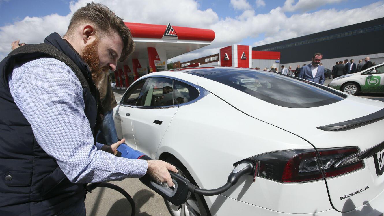 Une Tesla model S au moment du plein.