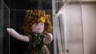Una muñeca que hace parte de la exposición 'Las Cristinas del conflicto' se expone en la librería Tornamesa, en Bogotá, Colombia, el 30 de mayo de 2019.