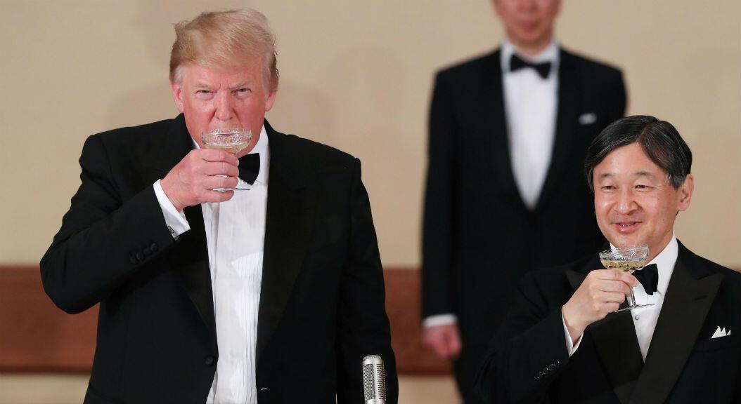 El presidente de Estados Unidos, Donald Trump, y el emperador japonés Naruhito brindaron durante un banquete en el Palacio Imperial en Tokio, Japón, el 27 de mayo de 2019.