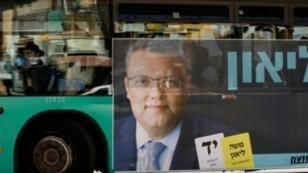 ملصق انتخابي للمرشح لرئاسة بلدية القدس موشي ليون على حافلة في 28 تشرين الأول/أكتوبر 2018.