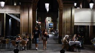 Bares con mesas afuera es la opción nocturna en Barcelona, donde volvieron a regir restricciones tras un rebrote de COVID-19