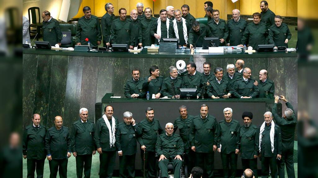 Miembros del Parlamento iraní se vistieron con uniformes del grupo militar para asistir a la sesión parlamentaria. Teherán, Irán, el 9 de abril de 2019.