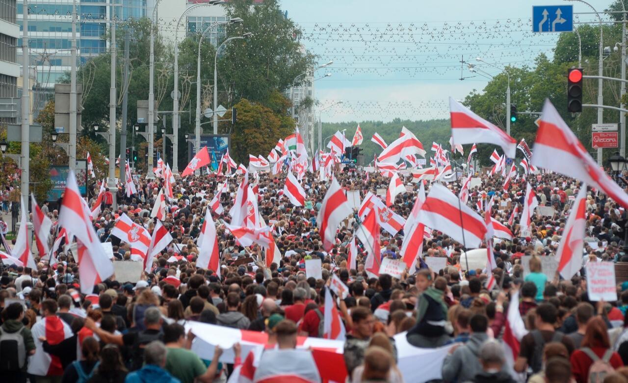 Decenas de manifestantes participan en una protesta en Belarús el 6 de septiembre de 2020.