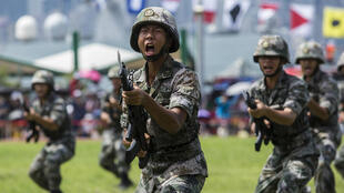 Tropas del Ejército Popular de Liberación de China (EPL) realizan ejercicios durante una manifestación en el cuartel de Ngong Shuen Chau, en Hong Kong, el 30 de junio de 2019.