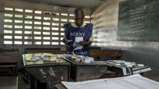 Un agent électoral compte les voix de l'élection présidentielle congolaise à Kinshasa, le 31 décembre 2018.