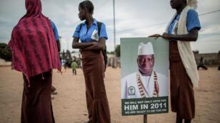 De jeunes filles lors d'un meeting de l'ex-président gambien Yahya Jammeh en 2016 à Schur Alagie.