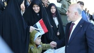 صورة وزعها البرلمان العراقي تظهر رئيس الوزراء حيدر العبادي في مستهل عرض عسكري في بغداد احتفاء بانتهاء الحرب على الجهاديين في العاشر من كانون الأول/ديسمبر 2017.