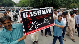 Los manifestantes sostienen carteles y cantan eslóganes mientras marchan en solidaridad con el pueblo de Cachemira, durante una manifestación en Karachi, Pakistán, el 5 de agosto de 2019.