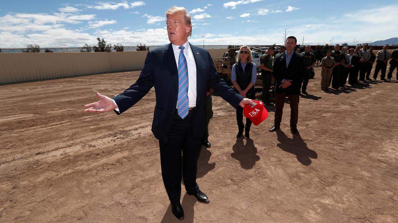 El presidente de Estados Unidos, Donald Trump, visita la frontera entre Estados Unidos y México en Calexico California, EE. UU., el 5 de abril de 2019.