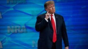 Le président américain Donald Trump monte sur scène avant de prendre la parole à la convention annuelle de la National Rifle Association (NRA) à Indianapolis, aux États-Unis, le 26 avril 2019.