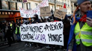 Un cortège étudiant lors de la deuxième journée de manifestations contre la réforme des retraites à Paris, le 10 décembre 2019.