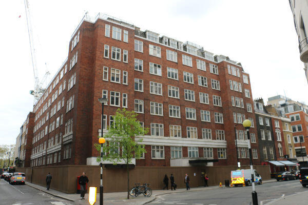 Au 56 Curzon Street, dans le très chic quartier de Mayfair, un immeuble à entrées séparées devrait voir le jour dans les années à venir, à la place de ce bâtiment condamné.