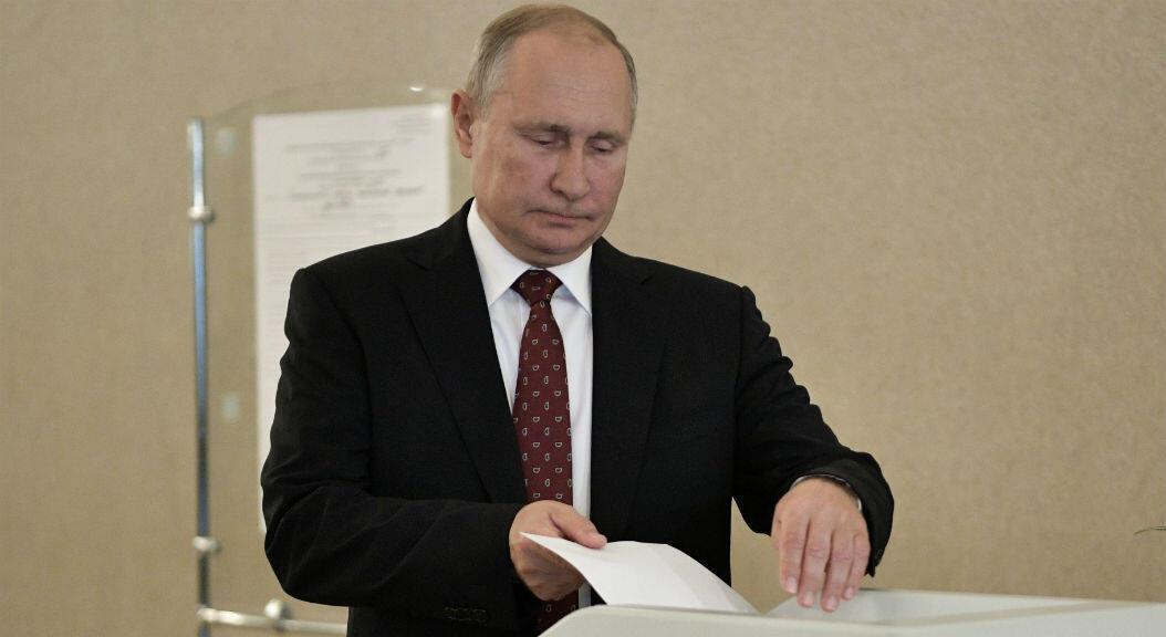 El presidente ruso, Vladimir Putin, vota en las elecciones para el parlamento de la capital del país, en Moscú, Rusia, el 8 de septiembre de 2019.