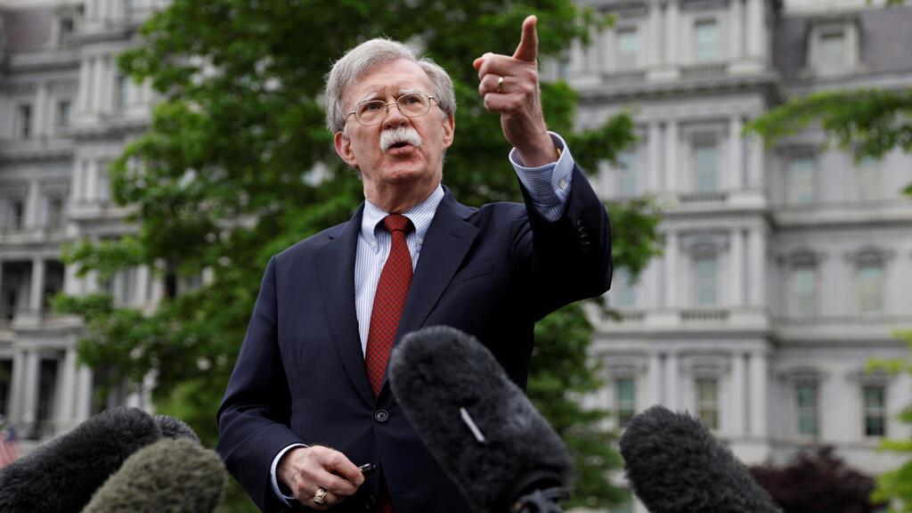John Bolton, asesor de Seguridad Nacional de EE.UU., conversa con periodistas en la Casa Blanca en Washington el 1 de mayo de 2019.