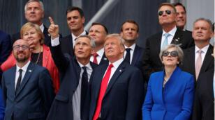 Los líderes de la OTAN gesticulan mientras observan el vuelo de un helicóptero al comienzo de la cumbre de la OTAN en Bruselas, Bélgica, el 11 de julio de 2018.