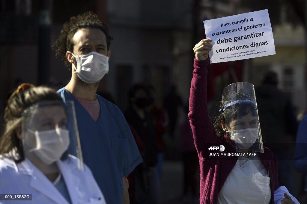 Los trabajadores de salud del Hospital Pinero participan en una protesta que exige a las autoridades mejores condiciones durante el cierre impuesto por el gobierno contra la propagación del Covid-19 en Buenos Aires, Argentina, el 26 de mayo de 2020.
