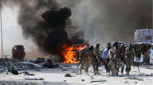 Miembros de las Fuerzas Armadas somalíes evacúan a un compañero herido tras una de las detonaciones de un camión bomba en Mogadiscio, capital de Somalia.