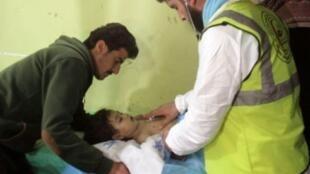 طفل يعالج في خان شيخون في الرابع من نيسان/ابريل 2017 بعد تعرض مدينة خان شيخون السورية لهجوم بسلاح كيميائي