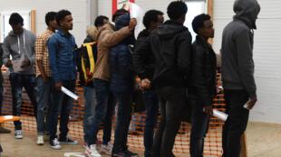 Des migrants s'enregistrent au bureau des demandeurs d'asiles de Erding près de Munich en Allemagne, le 15 novembre 2016.